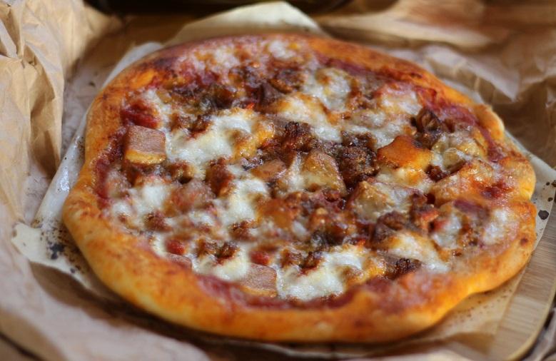 Pizza-con-salsiccia-e-funghi