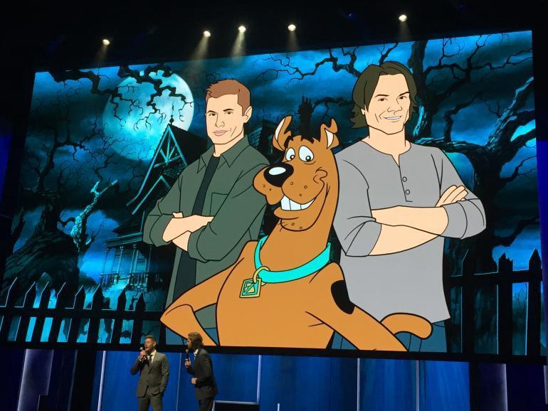 Jared Padalecki e Jensen Ackles presentato al SDCC il crossover con Scooby-Doo